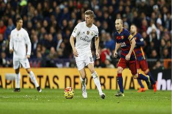 نجم وسط ريال مدريد كروس يستبعد اللعب للغريم برشلونة