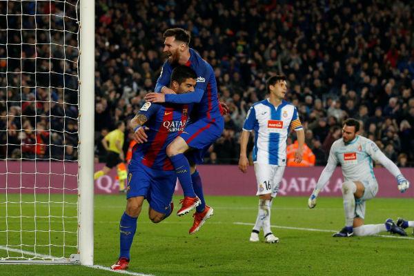 ميسي وسواريز يقودان برشلونة لفوز كبير في الدربي