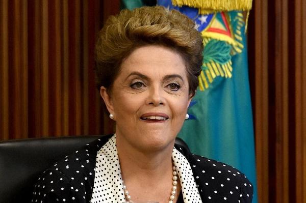 رئيسة البرازيل ديلما روسيف خلال اجتماع وزاري لمناقشة اجراءات جديدة لمكافحة انتشار فيروس زيكا في البرازيل