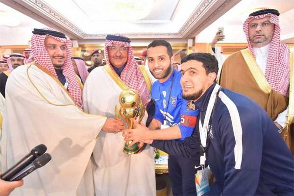 ولي العهد السعودي يسلم كأس البطولة لقائد الفريق ياسر القحطاني ورئيس النادي الأمير نواف بن سعد
