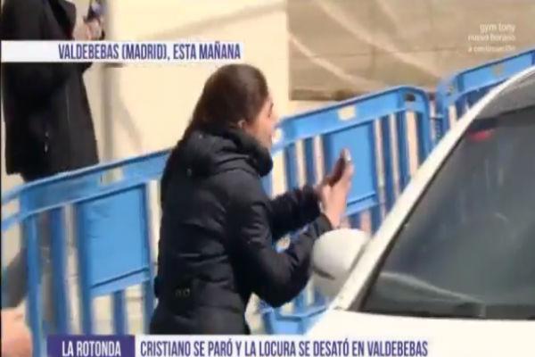 رجل الأمن طلب من المشجعة العاشقة للنجم البرتغالي عدم الدخول إلى السيارة والابتعاد عن الشباك