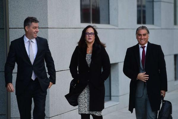 والدة نيمار لدى وصولها إلى مقر المحكمة الوطنية في مدريد