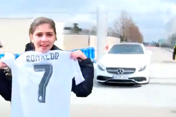 فتاة عاشقة لكريستيانو رونالدو تحاول اقتحام سيارته للالتقاء به!