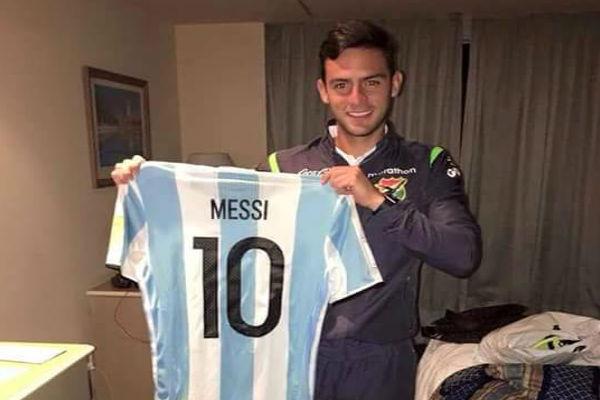 فيرناندو ساوسيدو تمكن من حسم الأمر لصالحه وظفر بقميص البرغوث ميسي