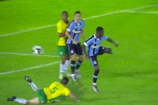 لاعب برازيلي شاب يسجل هدفاً رائعاً على طريقة إبراهيموفيتش