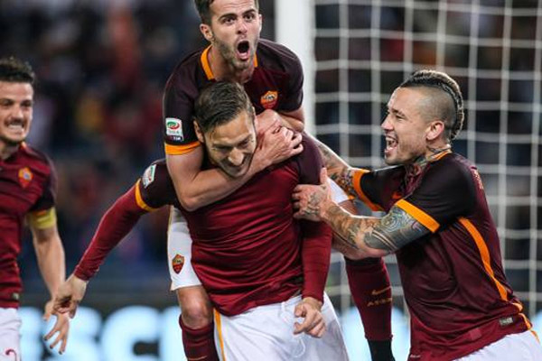 توتي يقود روما لفوز مثير