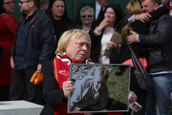أقارب ضحايا كارثة هيلزبره 1989 عقب الانتهاء من التحقيق في الكارثة