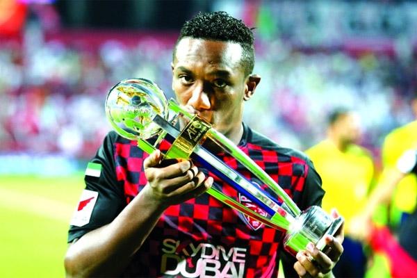 أحمد خليل يقبل جائزة أفضل لاعب في آسيا