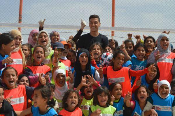 أوزيل في مخيم الزعتري للاجئين السوريين