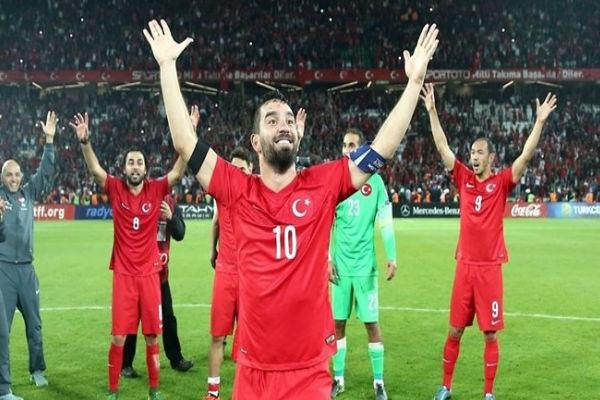 توران وتشالهان أوغلو يحملان لواء الكرة التركية