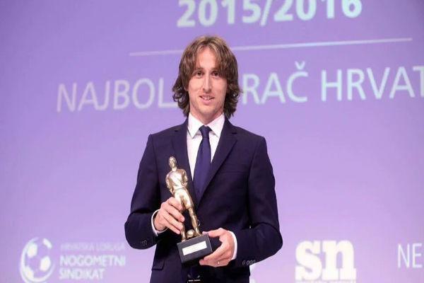 الدولي الكرواتي لوكا مودريتش مع جائزة أفضل لاعب في كرواتيا