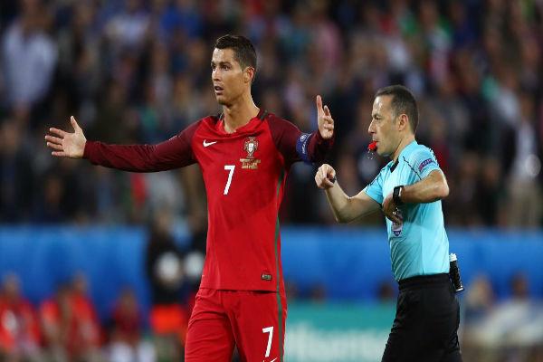 كريستيانو معترضاً على إحدى القرارات التحكيمية في مباراة ايسلندا