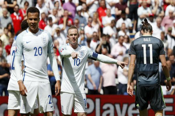 روني وغاريث بيل في مباراة إنكلترا وويلز