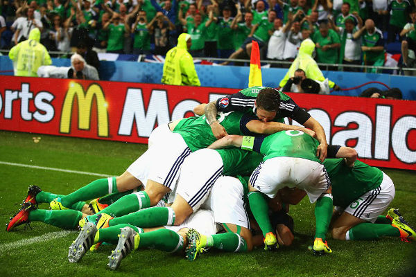 فرحة الإيرلنديين الشماليين بالفوز على أوكرانيا