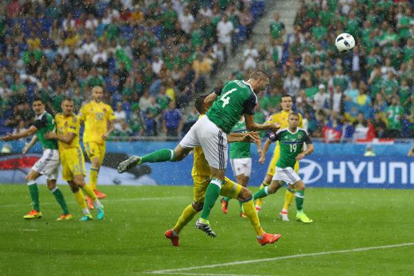 لحظة تسجيل مكاولي الهدف الأول لإيرلندا الشمالية