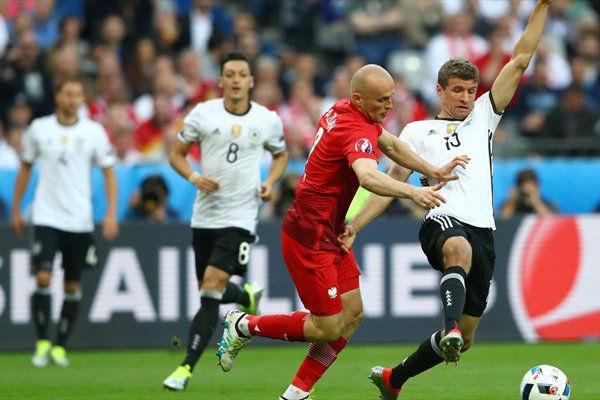 توماس مولر يحاول انتزاع الكرة من منافسه البولندي