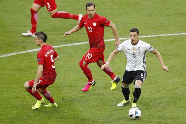 حصار بولندي على صانع ألعاب منتخب ألمانيا أوزيل