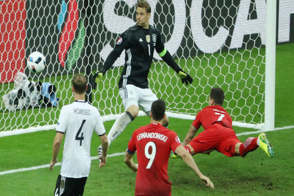 ًحارس ألمانيا مانويل نويريشاهد الكرة دون أن يحرك ساكناًَ