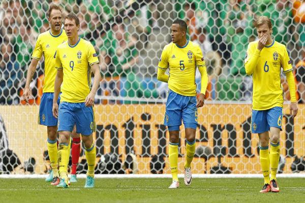 حسرة لاعبي السويد بعد تقدم منتخب إيرلندا