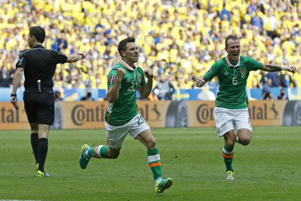 فرحة ويسلي هولاهان بهدف التقدم لإيرلندا على السويد