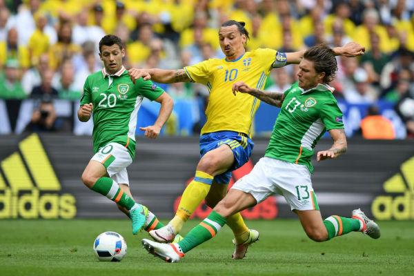 إبراهيموفيتش يحاول الحصول على الكرة من الإيرلنديين