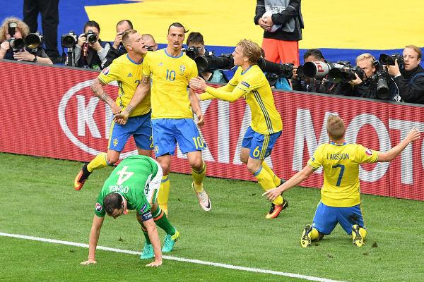 فرحة لاعبي السويد بهدف التعادل ضد إيرلندا