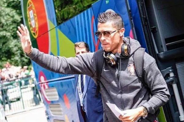 النجم البرتغالي كريستيانو رونالدو مع بعثة منتخب بلاده