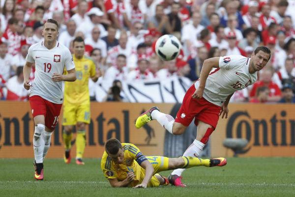صراع على الكرة بين الأوكران والبولنديين