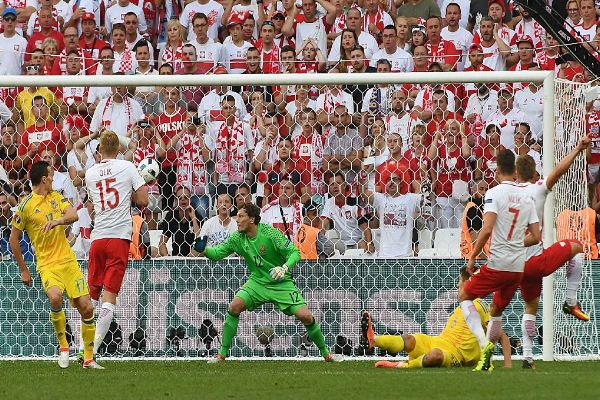 جاكوب بواشتشيكوفسكي أحرز هدف الانتصار لبولندا في شباك أوكرانيا