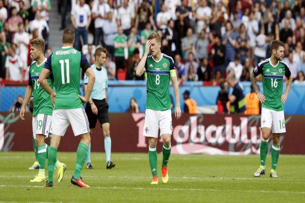 حسرة لاعبي إيرلندا الشمالية بعد الخسارة أمام المانيا