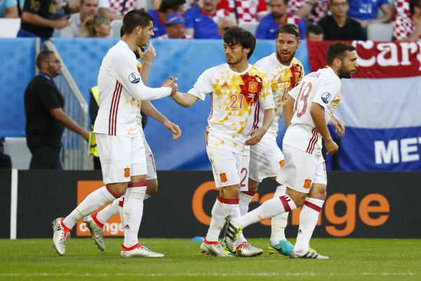 فرحة لاعبي إسبانيا بهدف ألفارو موراتا