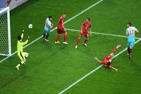 بوراك يلماز يسجل هدف تركيا