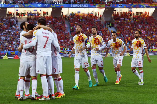 لاعبو إسبانيا يهنئون موراتا بهدفه في كرواتيا