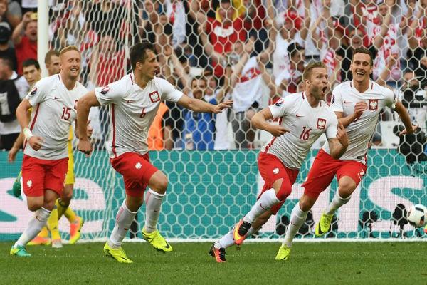 مدرب بولندا فخور بالتأهل التاريخي لثمن نهائي أمم أوروبا
