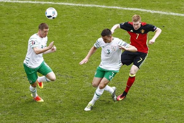صرع رأسي على الكرة بين البلجيكي كيفين دي بروين وثنائي بلجيكا سياران كلارك وجيمس مكارثي