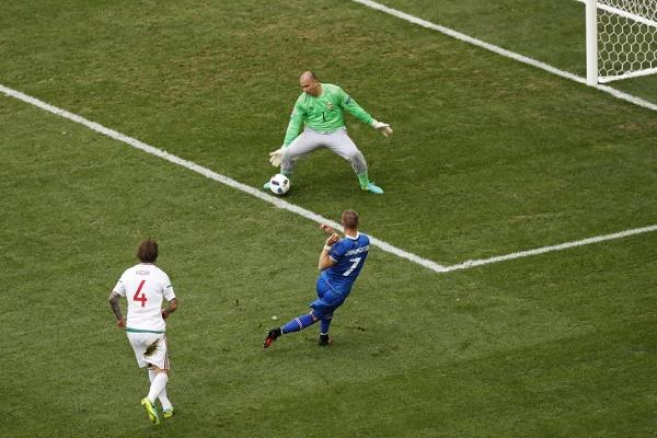 الحارس المجري جابور كيرالي ينقذ مرماه من أمام الأيسلندي يوهان غودموندسون