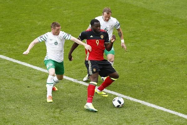 صراع على الكرة بين البلجيكي لوكاكو وثنائي أيرلندا جيمس مكارثي وجلين ويلان