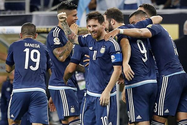 فرحة لاعبي الأرجنتين بهدف ميسي الرائع