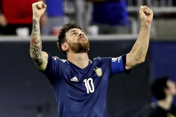 ميسي بات الهداف التاريخي للأرجنتين بـ55 هدفاً