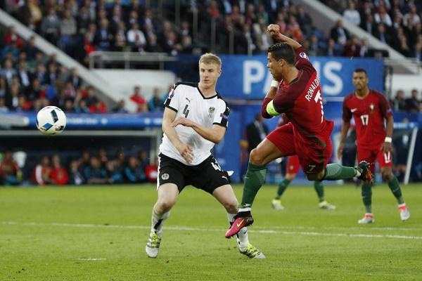رونالدو يصوب على مرمى النمسا