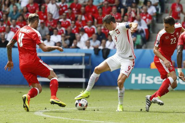 ليفاندوفسكي يحاول في مباراة منتخب بلاده أمام سويسرا