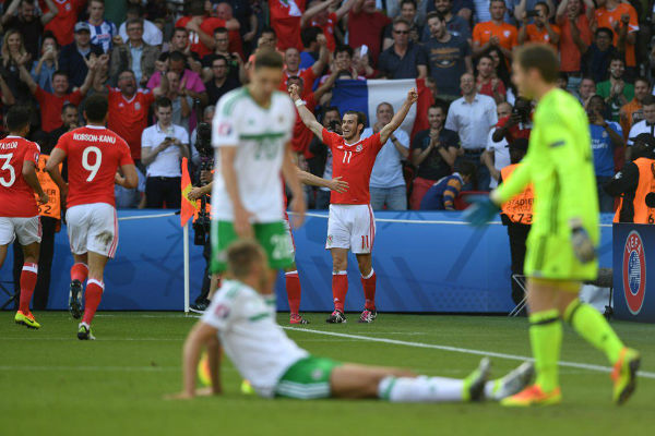 فرحة لاعبي ويلز بهدف الانتصار على إيرلندا الشمالية