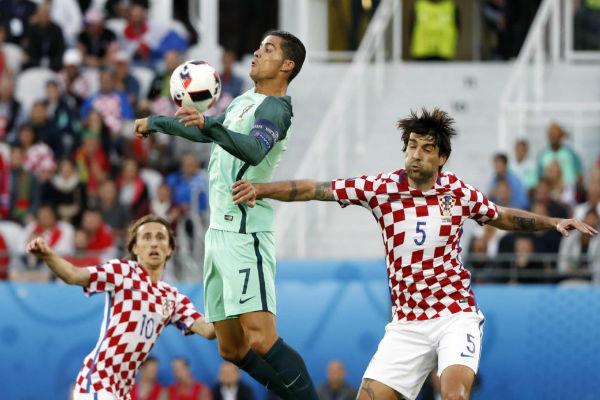 كريستيانو رونالدو يروض الكرة بصدره ومودريتش يراقب