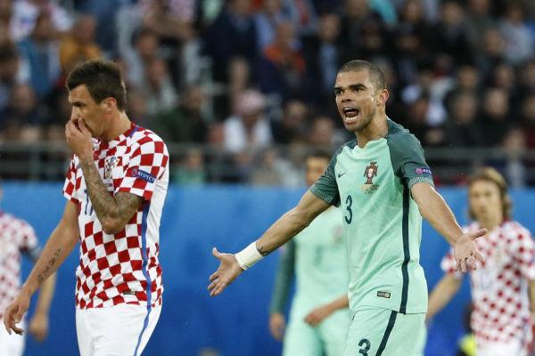 مدافع البرتغال بيب يوجه تعليمات لزملائه في المنتخب أمام كرواتيا