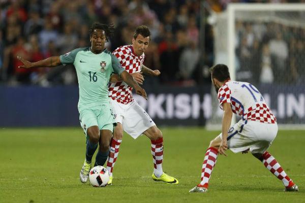 الشاب ريناتو سانشيز يحاول التخلص من مهاجم كرواتيا ماندوزكيتش