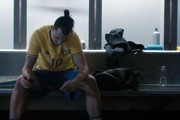النجم السويدي يظهر في فيديو إعلاني رفقة عائلته الصغيرة