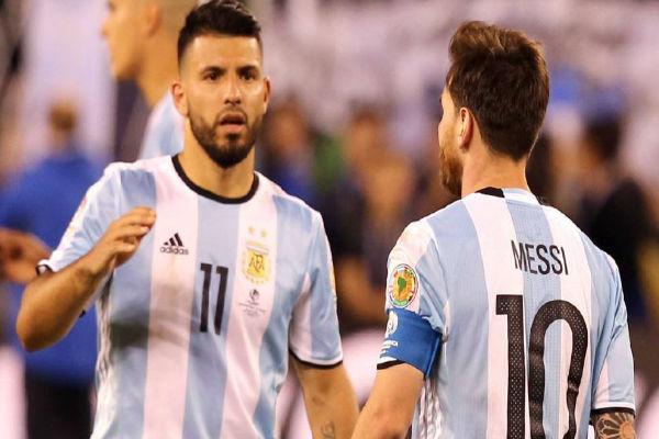 النجم الأرجنتيني ليونيل ميسي وصديقه أغويرو