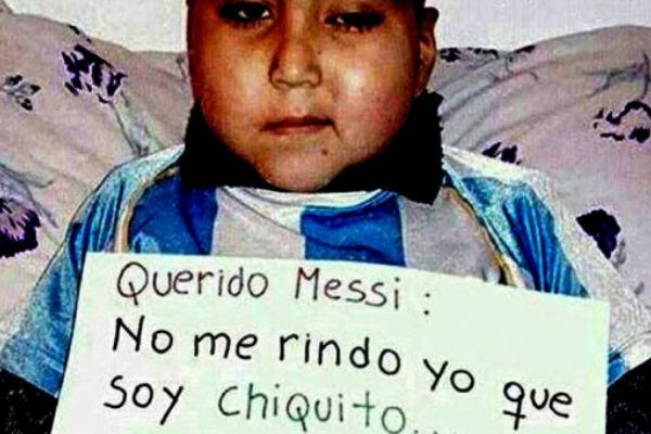 طفل أرجنتيني يرجو ميسي العودة عن قرار اعتزاله دولياً