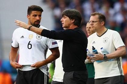انتقاد خيارات لوف الدفاعية في مباراة إيطاليا