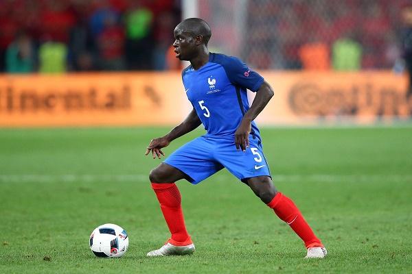نغولو كانتي لاعب الوسط المدافع في منتخب فرنسا وليستر سيتي بطل الدوري الممتاز